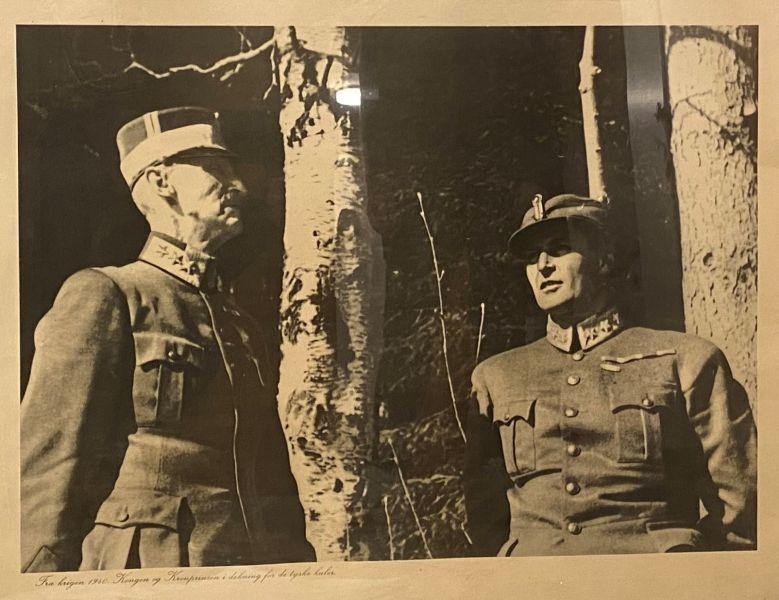 Fra krigen 1940. Kongen  og Kronprinsen i dekning for de tyske kuler.